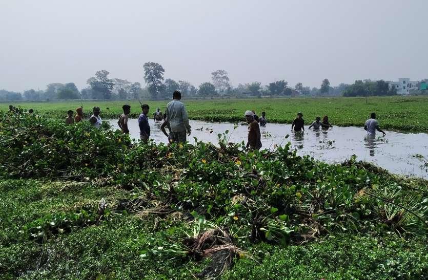 पेट पालने मछुआरों ने की तालाब की सफाई