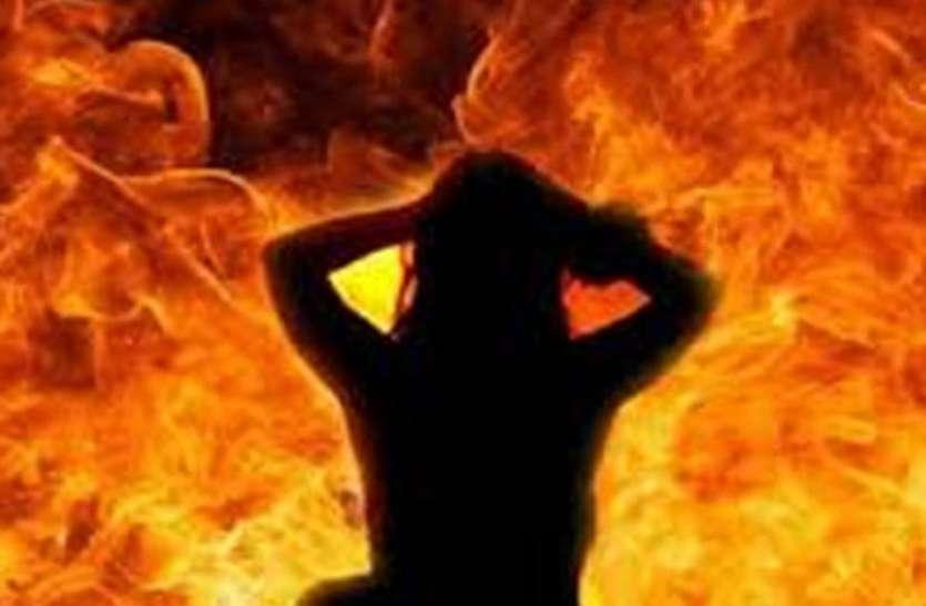 बीमारी से परेशान रिटायर अफसर की पत्नी ने घर में किया आत्मदाह