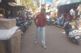 दुकानो के बाहर व्यापारियों का कब्जा