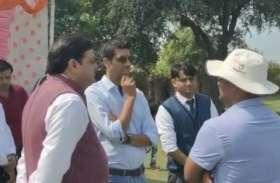भारतीय गेंदबाद आशीष नेहरा ने अपने क्रिकेट अकादमी पहुंच बच्चों को दिए टिप्स