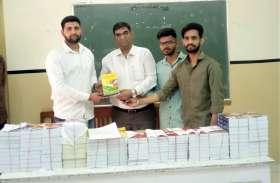 छात्रसंघ पदाधिकारियों ने कॉलेज में पुस्तकें दी