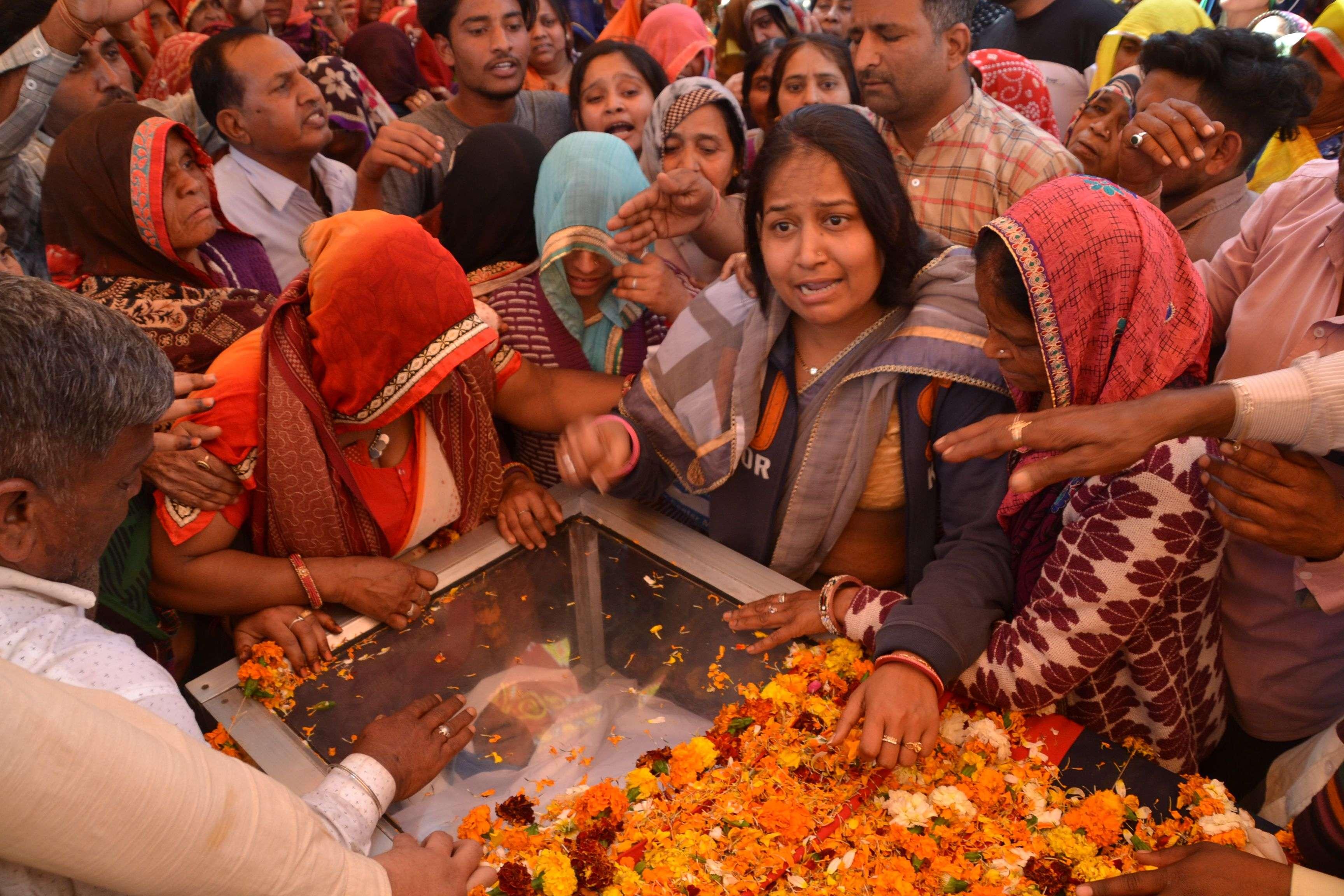 सीकर. दिल्ली की हिंसा में हैड कांस्टेबल रतनलाल की मौत के बाद बुधवार को उनके पेतृक गांव में अंतिम यात्रा में उमड़ी भीड़। इस दौरान उनकी पत्नी व बेटियां भी भावूक हो गई। फोटो पंकज पारमुवाल