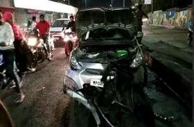 रात में डिवाइडर से टकराई कार, रास्ता हुआ जाम