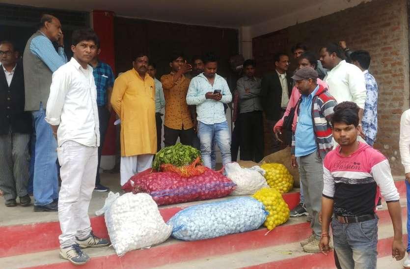 एक घंटे तक व्यापारियों ने तहसील परिसर में लगाई सब्जी आड़त