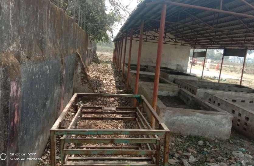 कचरा संग्रहण एवं प्रसंस्करण केंद्र में लाया गया लाखों का सामान हुआ नष्ट, नपा का नहीं ध्यान