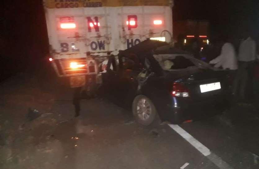 Gujrat news : कंटेनर से टकराई कार, तीन जनों की मौत