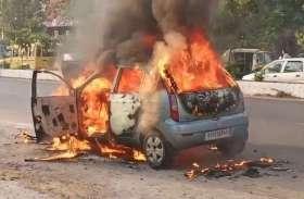 कार व बाइक में लगी आग
