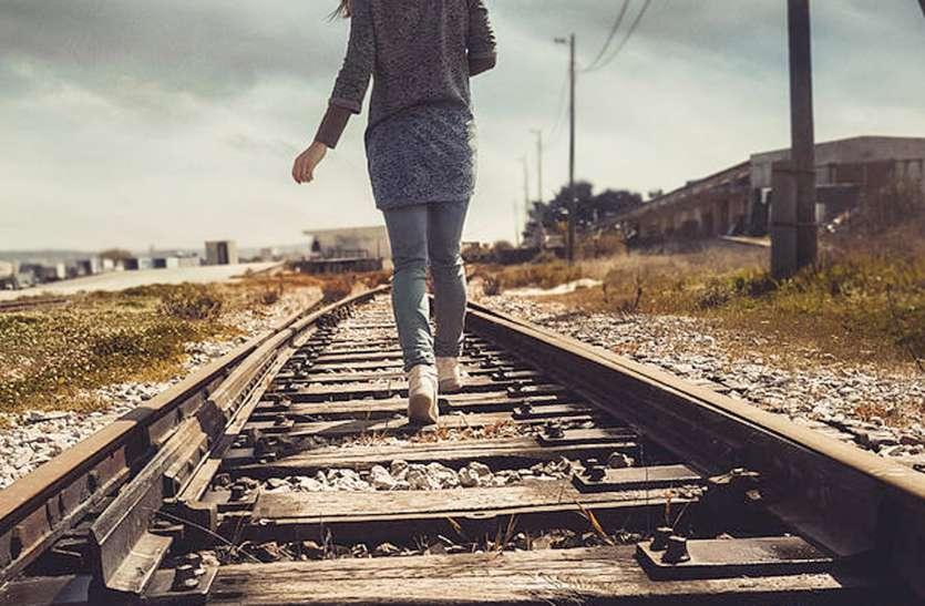 दो मासूमों को पटरी पर लिटाकर ट्रेन की ओर दौड़ पड़ी महिला