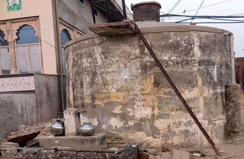 अवैध नल कनेक्शनों से नहीं पहुंच रहा गांव की टंकी में पानी