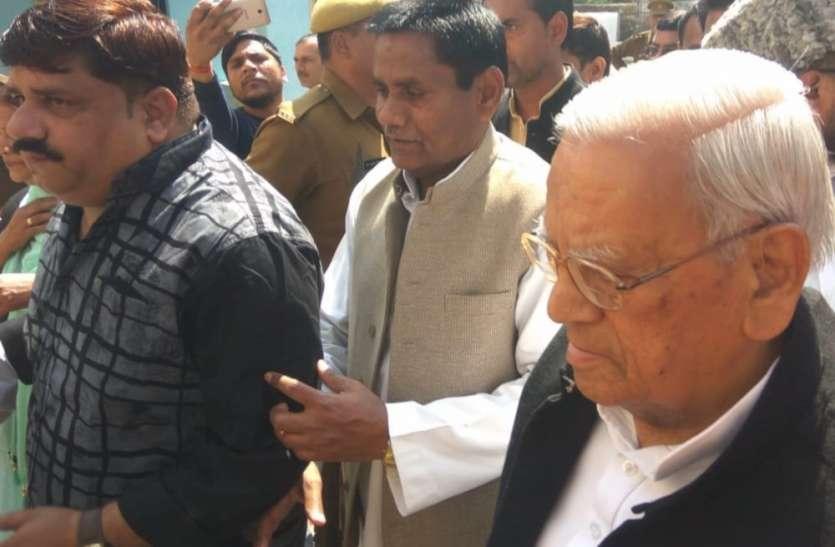 सीतापुर जेल में बंद आजम खान से मिले सपा के दिग्गज नेता अहमद हसन, बाहर निकलते ही दिया बड़ा बयान