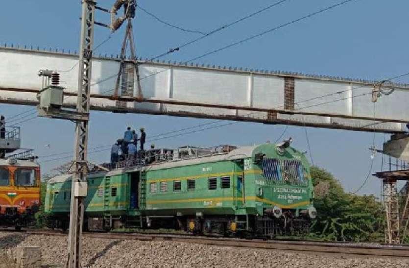 पापडी रेलवे फाटक पर ओवरब्रिज निर्माण में आई तेजी, रेलवे ने लिया 2 घंटे का ब्लॉक