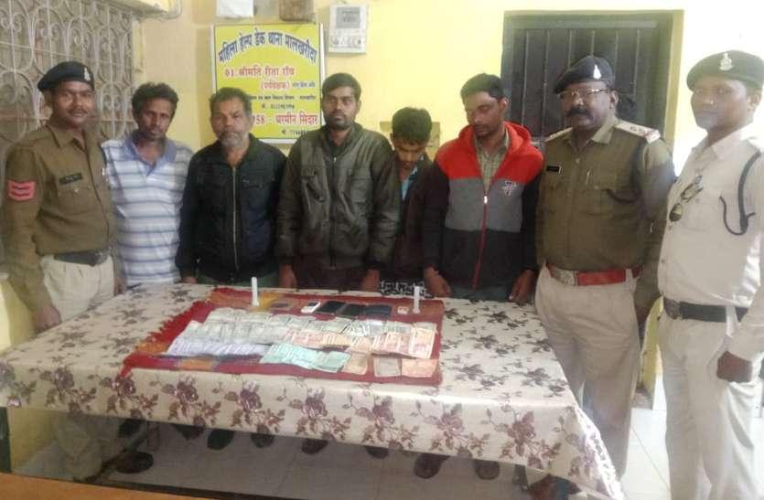 पुलिस को आते देख इधर-उधर भागने लगे जुआरी, पुलिस ने घेराबंदी कर छह को दौड़ाकर पकड़ा, 16 हजार रुपए जब्त