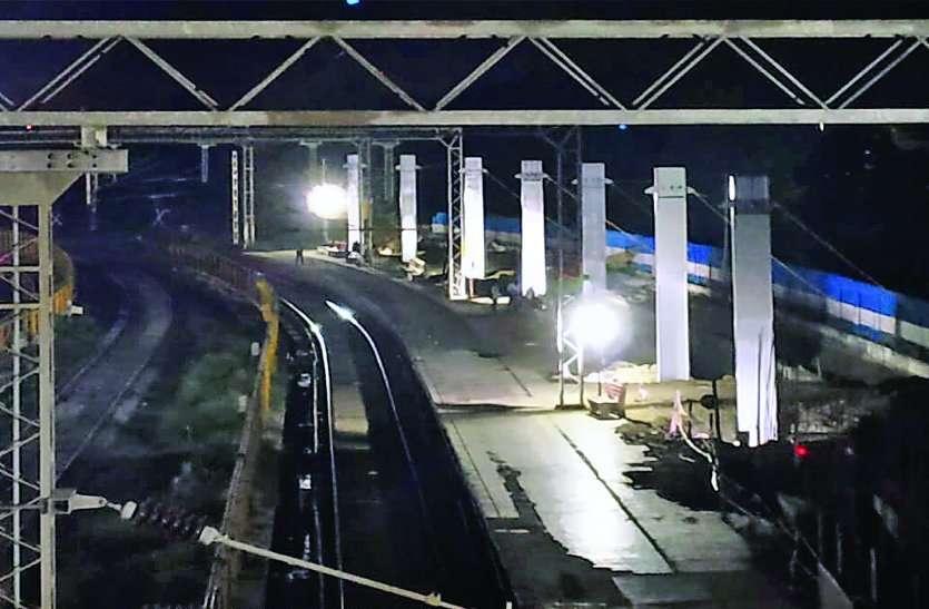 Breaking : हबीबगंज रेलवे स्टेशन पर काम करता मजदूर गिरा,बिजली के तारों में उलझा- Video