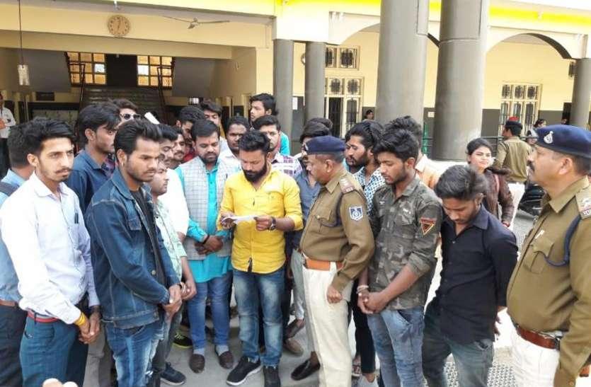 अखिल भारतीय विद्यार्थी परिषद ने जैन स्कूल के सामने धरना देकर किया विरोध प्रदर्शन