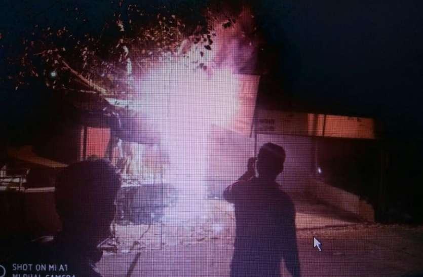 शार्टं सर्किट से स्टेशनरी की दुकान जलकर खाक