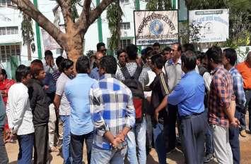 विश्वविद्यालय ने 2 बार निकाली भर्ती, युवाओं से लाखों रुपए फीस लेकर नहीं दी नौकरी, जनप्रतिनिधियों ने भी साध रखी है चुप्पी