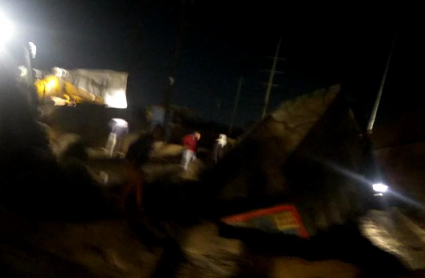 Ghaziabad: बारिश के कारण NH-9 के किनारे धंसी सड़क, देखते-देखते गायब हो गया डंपर