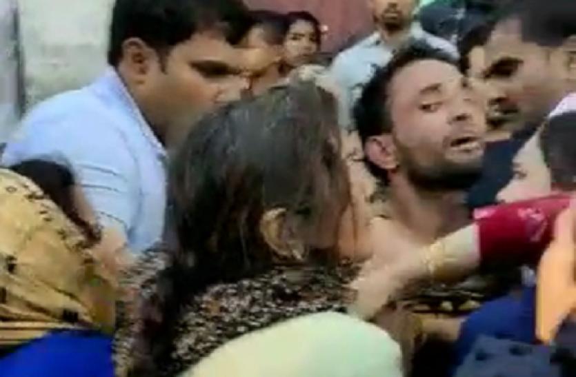 Hapur: महिलाओं ने पुलिस से छुड़ाया बदमाश सद्दाम को, पीआरवी में की तोड़फोड़