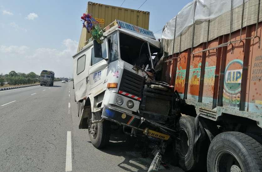 झपकी आई तो जान पर बन आई, खड़े ट्रक से टकराया कंटेनर, चालक घायल
