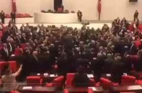 संसद में कार्यवाही के बीच सांसदों में जमकर चले लात घूंसे