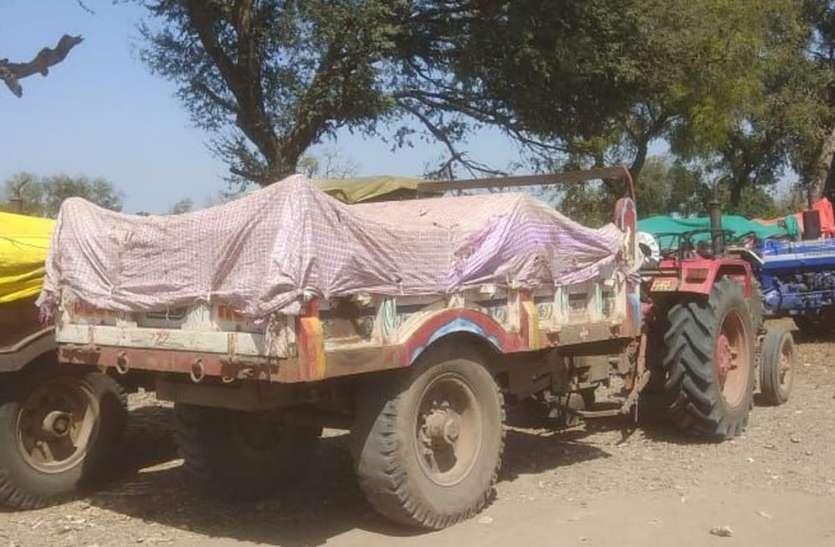 अवैध रेत परिवहन करते पुलिस ने पकड़े दस ट्रैक्टर