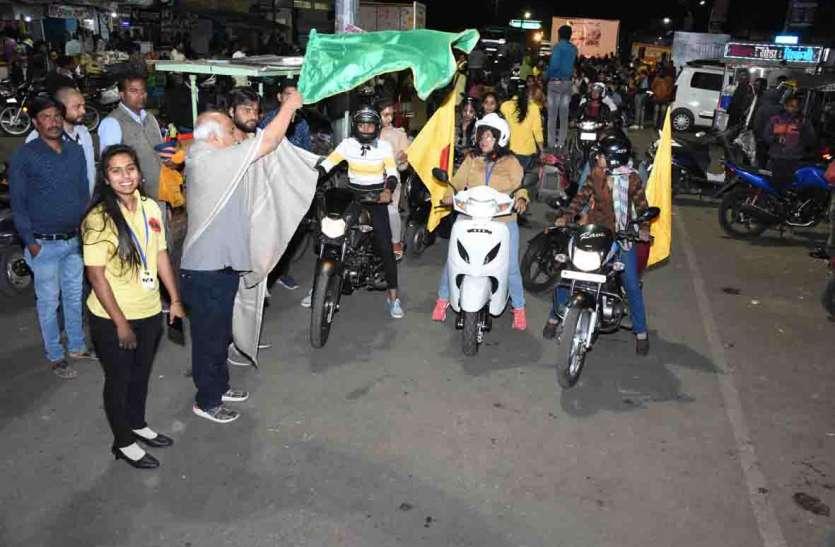 सूनी सड़कों की अंधेरी रातों में नारी शक्ति ने निकाली स्कूटर-बाइक रैली