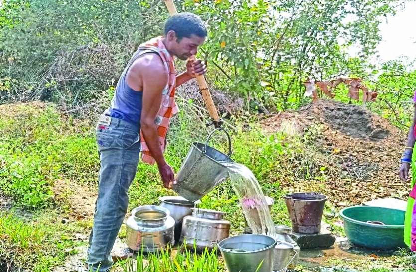 कुएं का मटमौला पानी पीने को मजबूर ग्रामीण