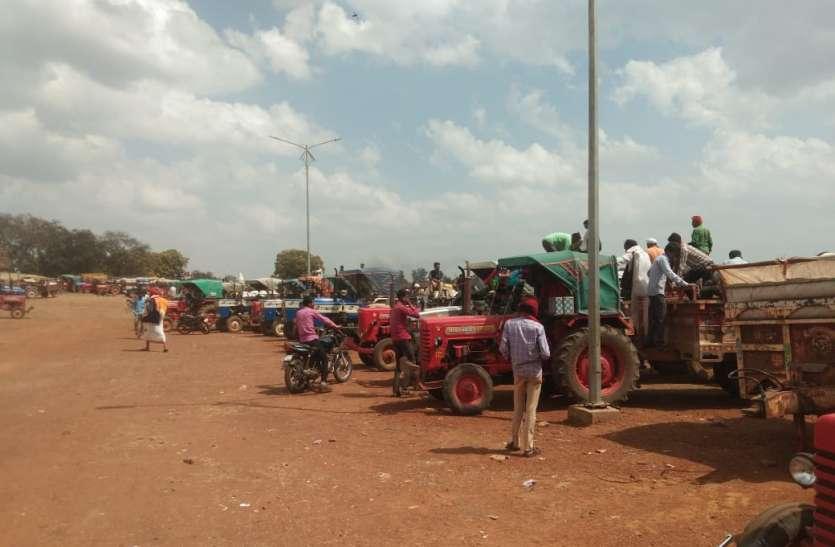 30 लाख मंडी टैक्स देने के बाद भी सुविधाओं को तरस रहे किसान, व्यापारी