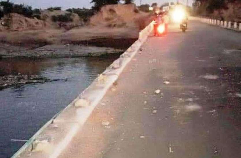 पापड़ी-नयागांव मेज नदी पुलिया के छह पिल्लर तोड़े, गिरते-गिरते बचा ट्रोला