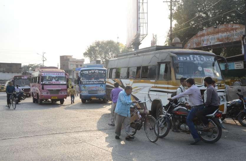 दिनभर बसों की आवाजाही, रात में अवैध पार्किंग