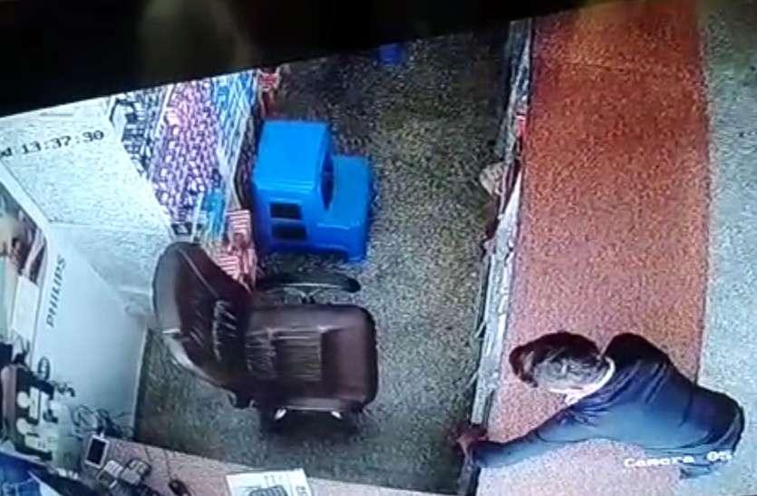 दुकानदार अंडरग्राउंड में व्यस्त, पीछे गल्ले से 55 हजार चोरी