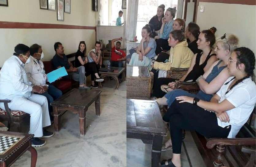 कोरोना वायरस का प्रकोप: टोरडी गढ़ होटल में आए विदेशी पर्यटकों के दल की स्क्रीनिंग की