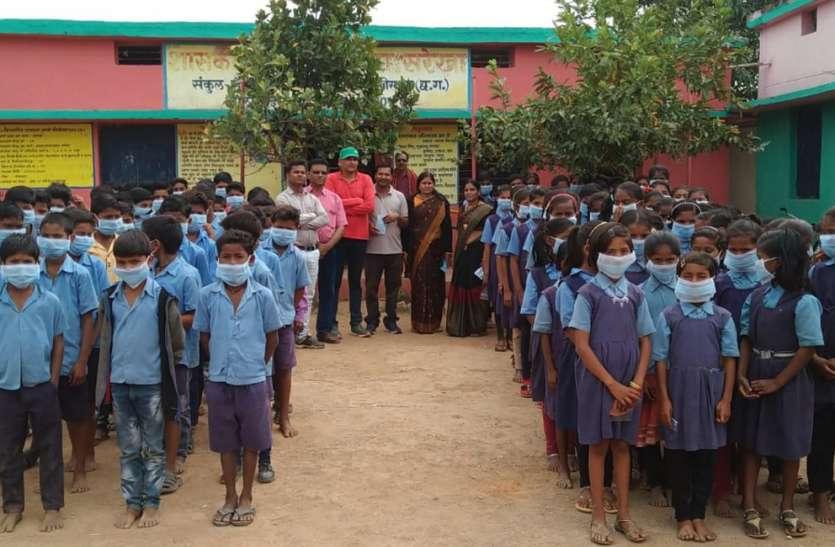 कोरोना वायरस की दहशत, बच्चे मास्क पहनकर कर रहे पढ़ाई
