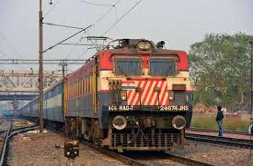 ट्रेन यात्री से चाकू की नोक पर लूटे 30 हजार