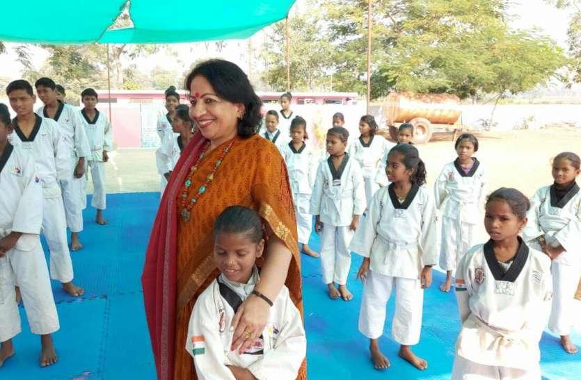 आदिवासी बालिकाओं को बना रहीं है सबला जिनका नाम है मंजुला