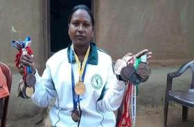 झारखंड : स्वर्ण पदक विजेता संगीता लकड़ा के घर शौचालय का निर्माण शुरू