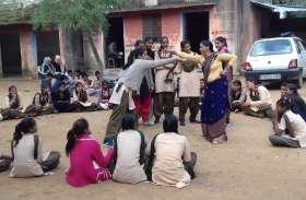 छात्राओं को पढाने के साथ आत्मरक्षा के गुर सिखा रही सरकारी शिक्षिका, ताकी बेटियां कर सके मुकाबला