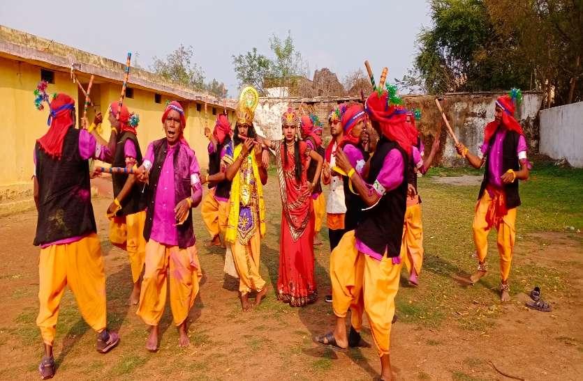 वर्षों पुरानी परंपरा को आज भी रखा जीवित, होली पर्व पर डंडा नृत्य कर मनाते हैं उत्सव