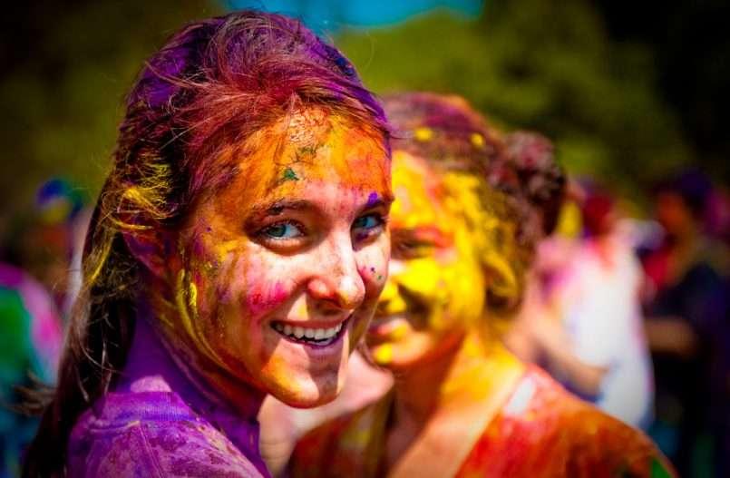 कहीं रंग, कहीं टमाटर तो कहीं तरबूज, कुछ इस अंदाज में विदेशों में मनाई जाती है होली