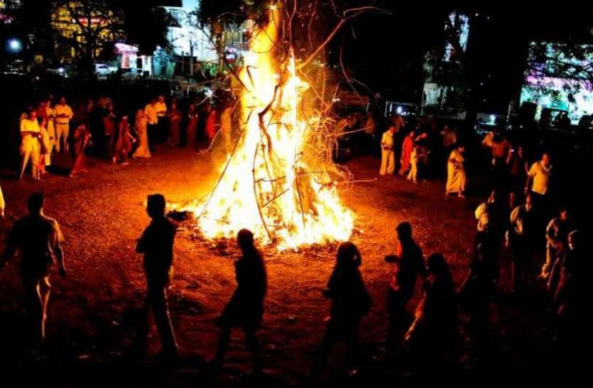 Holi 2020:  यहां धधकती आग के बीच से निकलता है पुजारी, लोग बताते हैं  प्रहलाद का गांव
