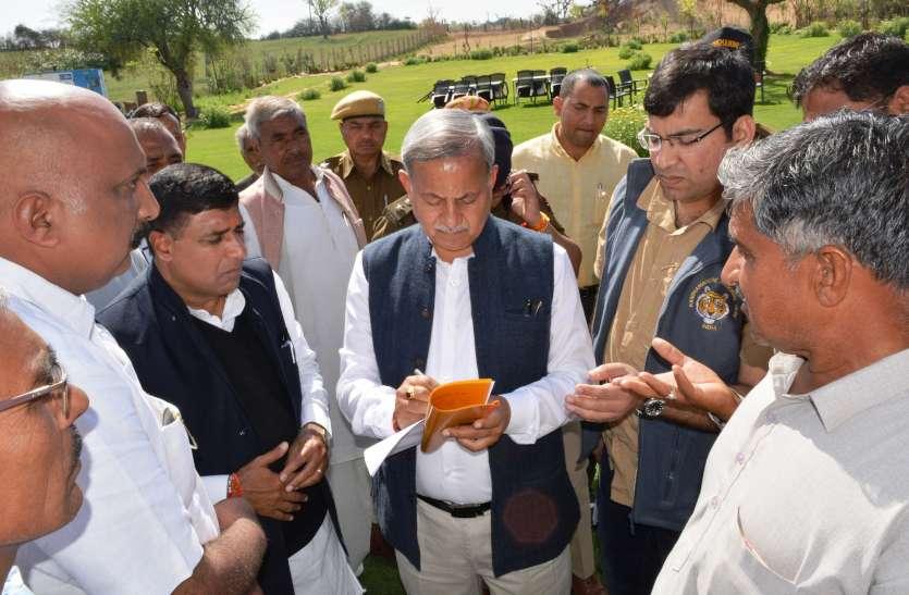 फसलों की तबाही देखने खेतों में पहुंचे मंत्री
