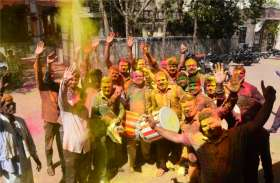 रंगपंचमी: हर चेहरे रंगे-पुते और रंगों से सराबोर