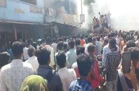 Photos : कालोल में दुकान व गेस्ट हाऊस में लगी आग