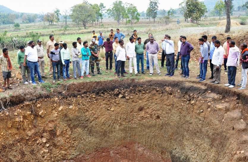 गांव पहुंचे कलेक्टर से ग्रामीणों ने कहा कहा साहब दोनों टाइम दिलाया जाए पानी