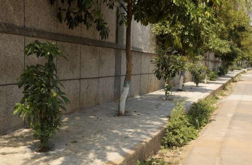 एक व्यक्ति गुजर नहीं सकता वहां बना रहे फुटपाथ