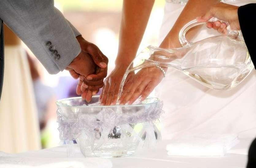 कोरोना का असर: शादी में आए मेहमानों की अनोखे ढंग से हुई खातिरदारी, दावत से पहले सैनिटाइज कराए लोगों के हाथ