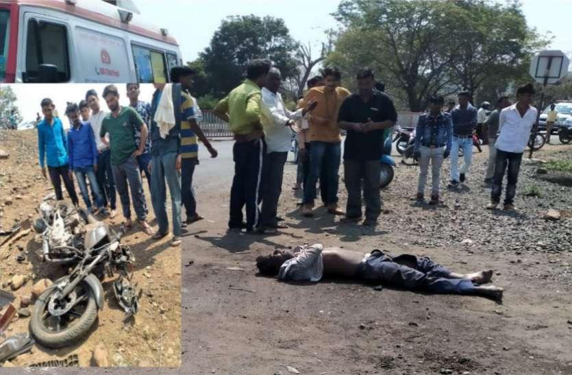 हाइवे के जोड़ पर दिल्ली जा रही कार की टक्कर से बाइक के परखच्चे उड़े, चालक की मौत