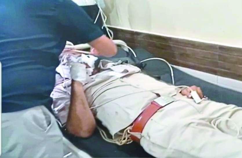 उपनिरीक्षक में खुद को मारी गोली, प्राथमिक उपचार के बाद रायपुर रेफर किया गया, हालत गंभीर बनी हुई है