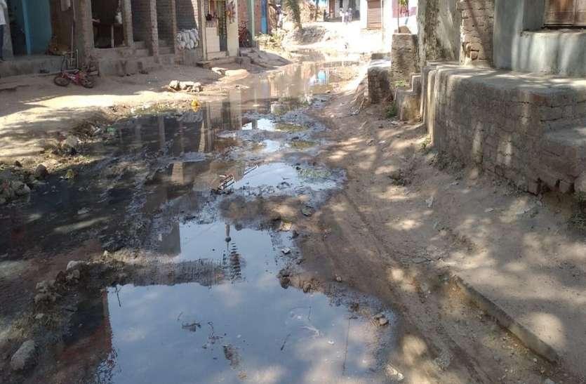 दूषित पानी से परेशान ग्रामीण परेशान