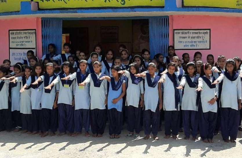 छात्राओं ने ली स्वच्छता की शपथ, हर महीने देंगी 6 घंटे का समय